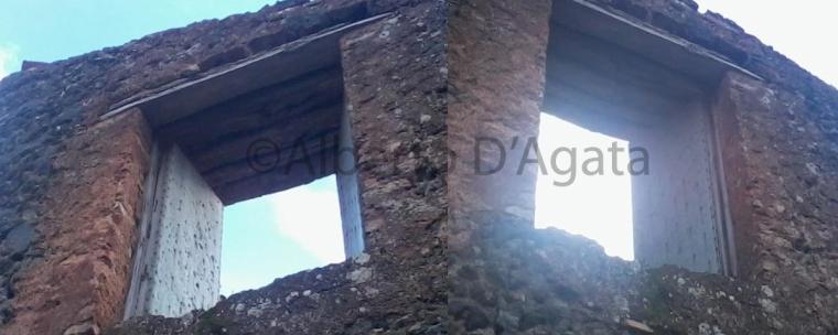Foto 4 - Palmento davanti casa amato con evidenza dei fori lungo l'anta sinistra