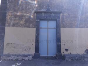 Foto 6 - Fori lungo la facciata della Chiesa del Crocifisso e grosso foro da scheggia nel muro in alto a sx sotto l'iscrizione con la data 1619