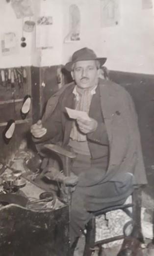 Filippo Nicosia durante la sua attività di ciabattino