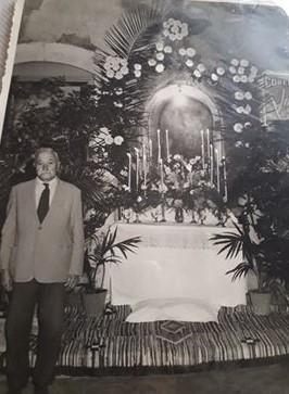 Mario Nicosia, padre di Filippo Nicosia, davanti all'altarino del Corpus Domini. Foto anni '60.
